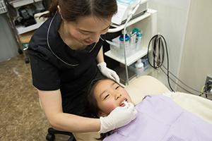 フロスで歯の間を掃除