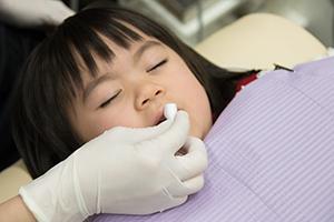 幼児の歯をフロスで掃除