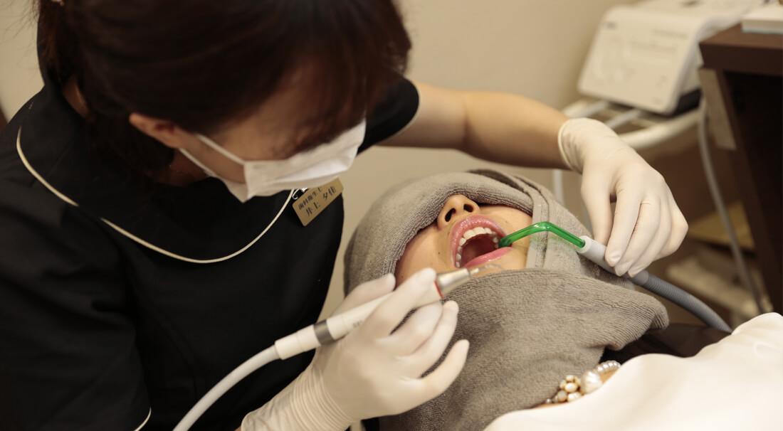 歯を掃除する歯科衛生士