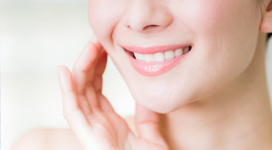 歯が白い笑顔の女性の口元