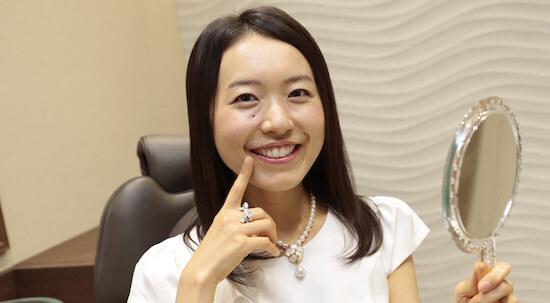 歯が白い笑顔の女性